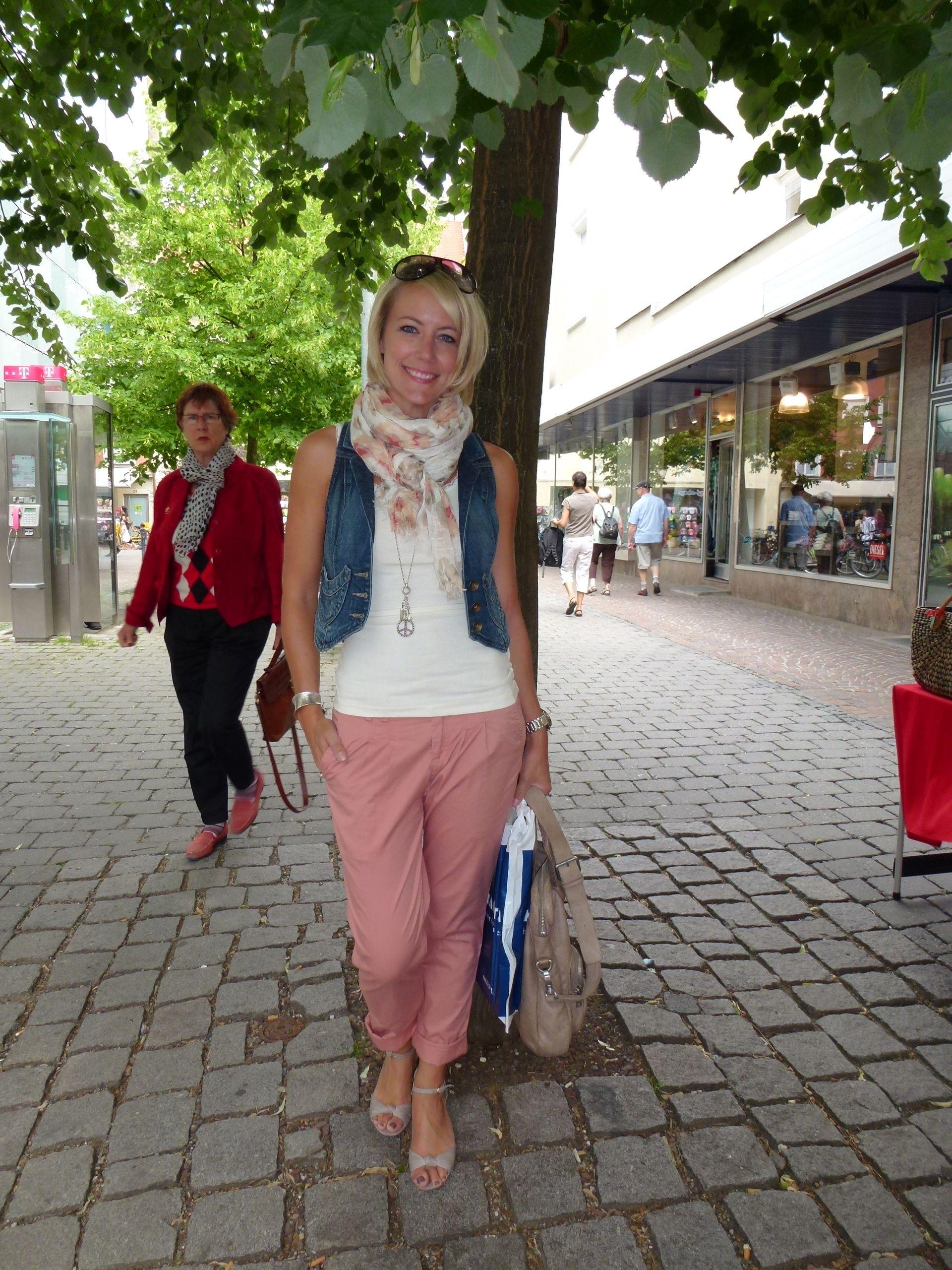 7c22bd6c2ebec2 Diesen Sommer sind Hosen in allen Farben und Formen erlaubt! Ich suche  derzeit Skinny-Jeans in Türkis, Rot, Gelb und Rosa. Melanie hat ihre rosa  Hose schon ...